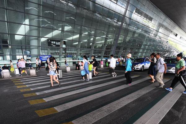 """浙江杭州高铁站现""""3D斑马线"""""""
