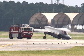 """美军F35前起落架崩塌让战机摔了个""""嘴啃泥"""""""