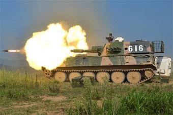 自行榴弹炮实弹射击展示惊人火力