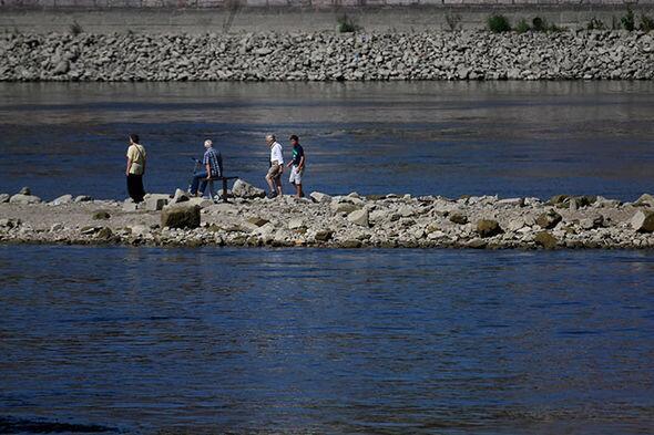 匈牙利多瑙河水位逼近历史低点 游客罕见在干涸河床上行走