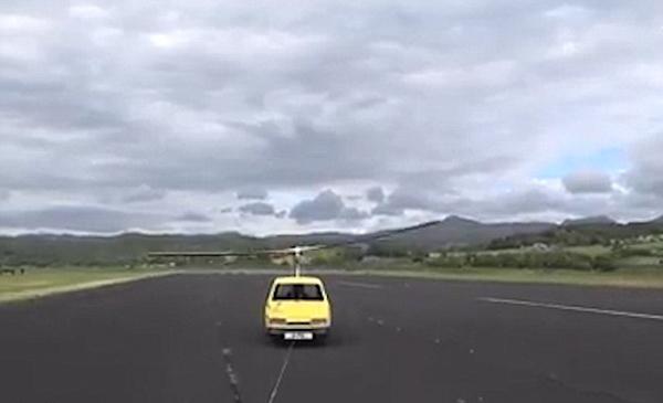 会玩!英三轮汽车被改装成直升机拖着飞行