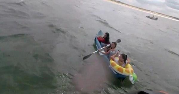 惊险!英国三少女划皮艇遭海浪冲走无法靠岸
