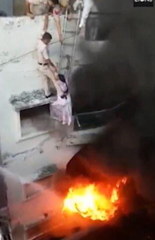 死里逃生!印女子为逃避大火吊挂二楼窗户后获救