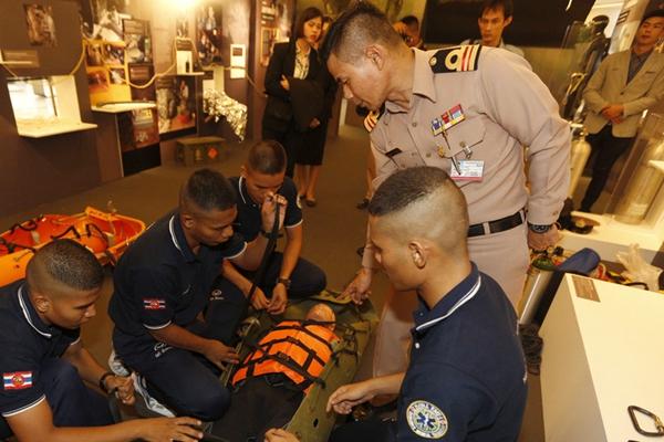 泰国曼谷举办特展 重现少年足球队溶洞救援行动