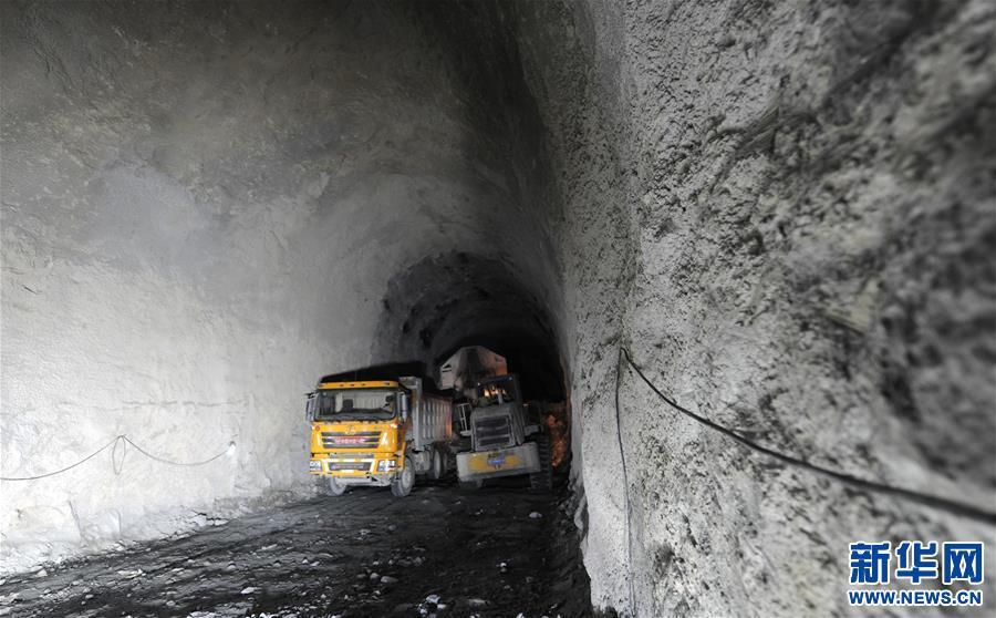 (经济)(2)川藏铁路拉林段重难点工程奔中山二号隧道顺利贯通
