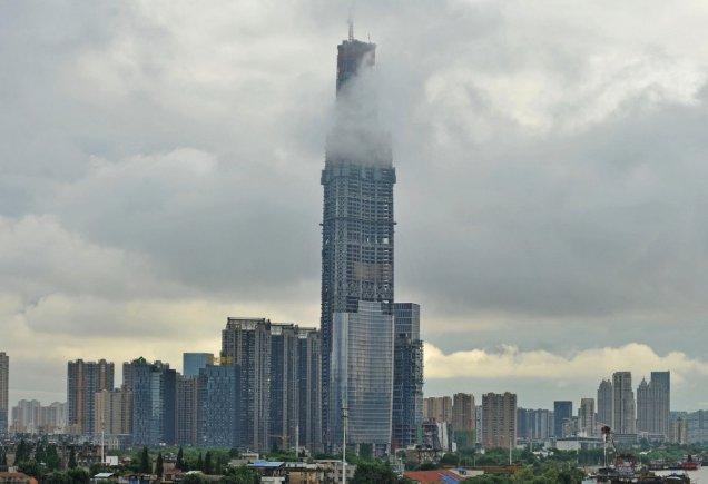 """未获官方行政许可 武汉第一高楼""""迫降"""" 181 米"""