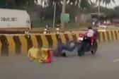 幼童车祸后紧抓失控摩托继续行驶 父母皆被撞飞