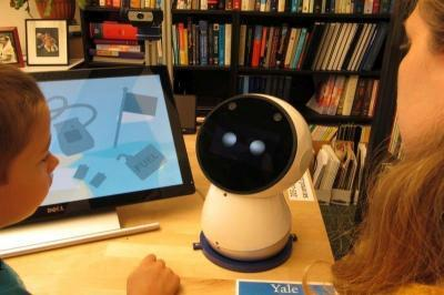 """美研究称""""社交机器人""""有助自闭症儿童学习成长"""