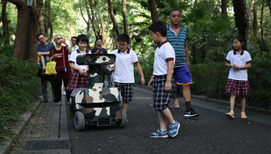"""上海中山公园出现巡警机器人,""""瓦力""""形象吸引眼球"""