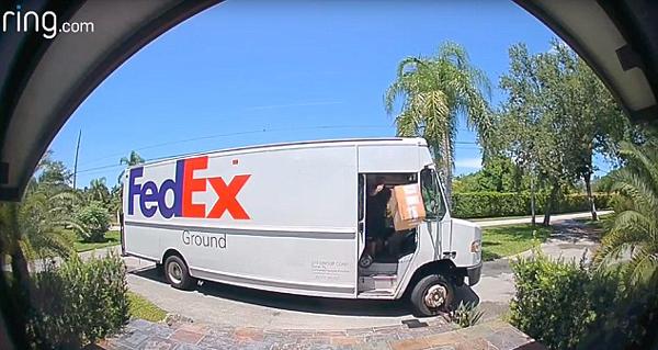 美国一联邦快递员送货时暴力卸货引网民愤怒