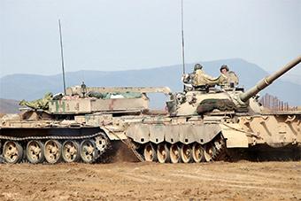 新疆军区88式主战坦克多兵种协同作战演练