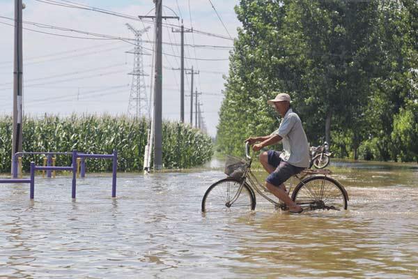 """山东寿光水灾现场:一些地方仍被洪水""""浸泡"""""""
