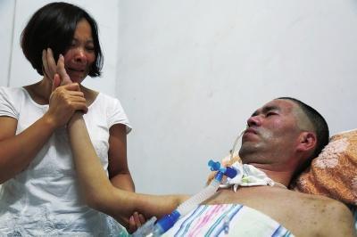 丈夫突患罕见疾病 妻子自学护理把家变成病房