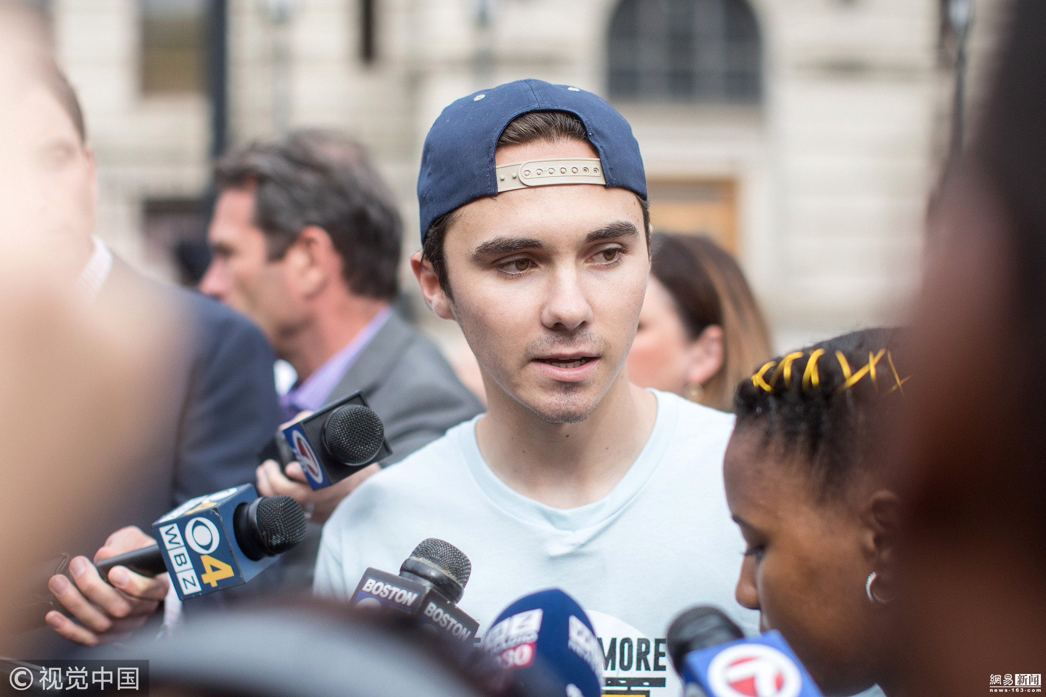 美国校园枪击案幸存者参加示威游行