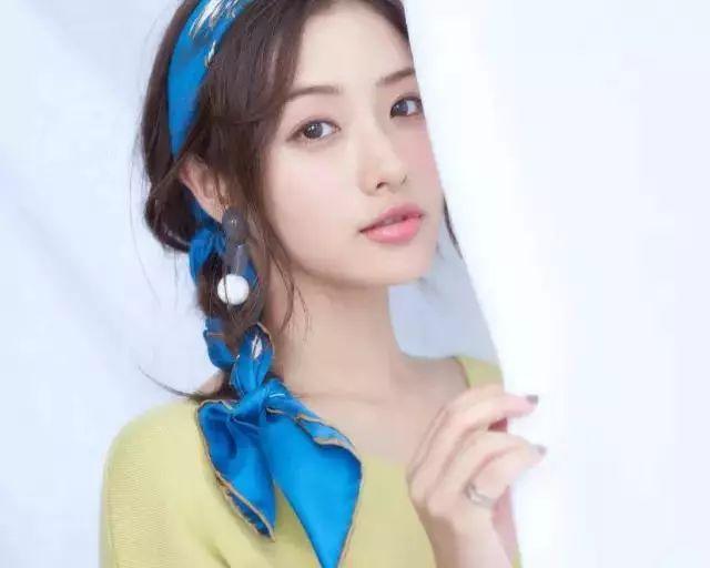 周冬雨用利落的短发搭配各式的发带,也是别有一番滋味,少了甜美,倒是