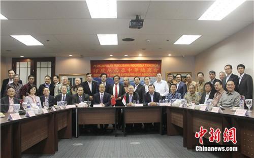 图为肖千大使与参加座谈的华商代表合影。