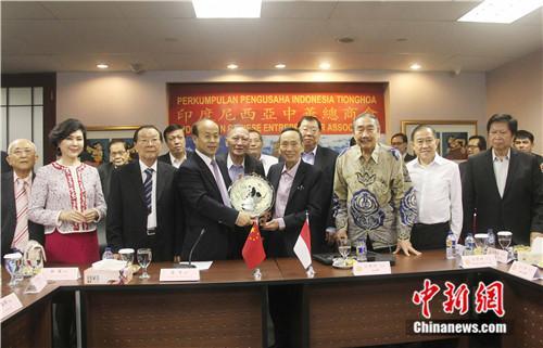图为肖千大使向印尼中华总商会赠送纪念品。