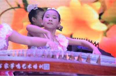 是他们十足的小宝贝,由可爱的古筝班同学带来的古筝曲《小宝贝》&