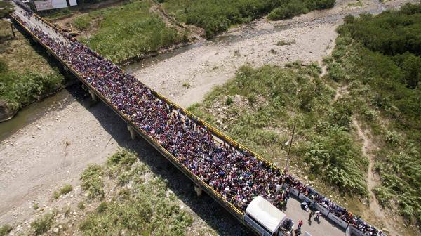 委内瑞拉危机中的西蒙玻利瓦尔大桥:一头是希望,一头是挣扎
