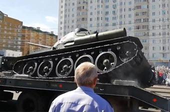 大写的尬!俄罗斯阅兵坦克当众人面翻个底朝天