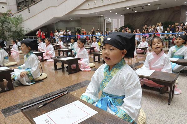 """浙江温州:48名蒙童体验""""开笔礼"""" 感受传统文化魅力"""