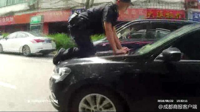 吓人!非法营运车暴力抗法,引擎盖顶着特警队员跑近300米