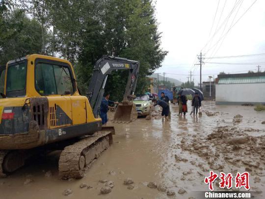 强降水天气致青海部分乡镇路面塌陷
