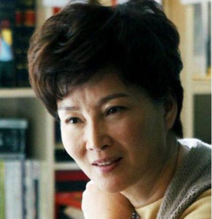 妈妈级演员,朱茵潘虹优雅老去,唯独她靠一脸玻尿酸强撑,尴尬!