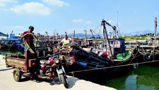 开海在即 青岛渔民修船补网