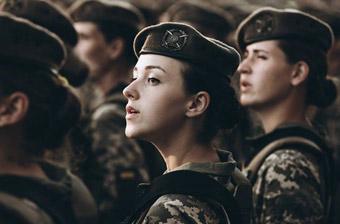 乌克兰高调举行独立日阅兵 高颜值女兵亮眼