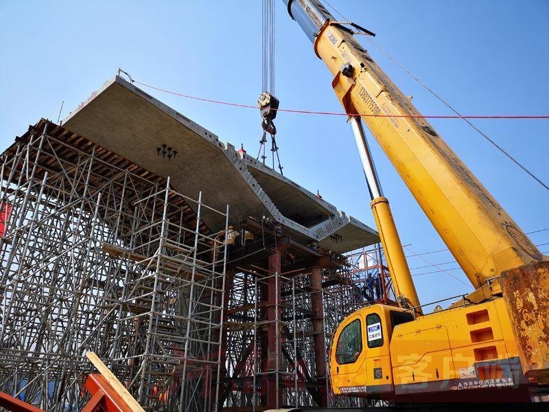 河南超大单体桥梁首次采用全新建筑方式 郑州西四环首榀梁架设完成
