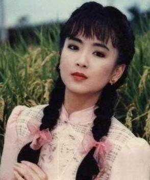 她被收为琼瑶干女儿,被前任家暴,在警察的帮助下才逃离了魔掌