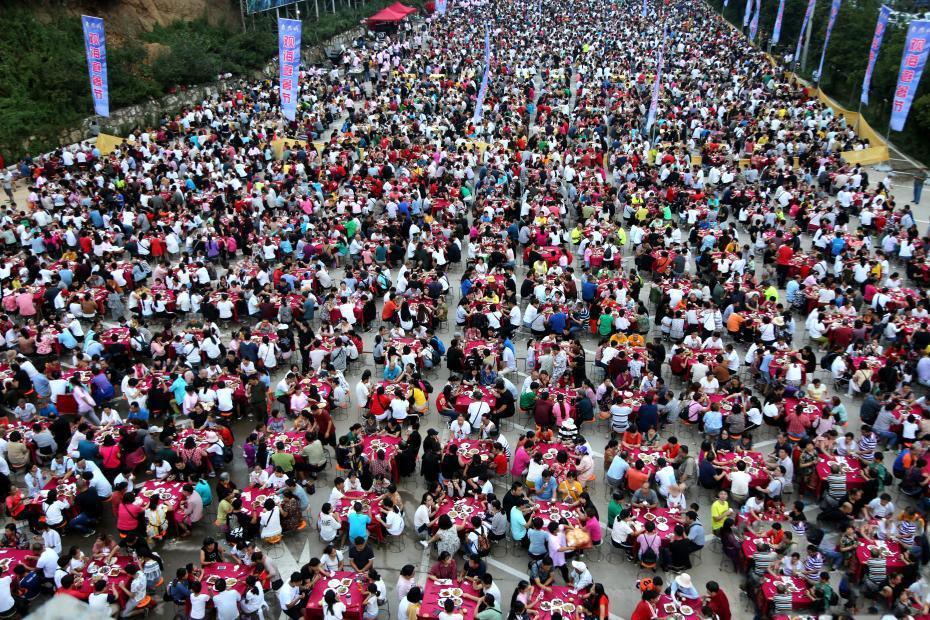 景区推10元流水席 千桌万人同时开席从白天吃到黑夜