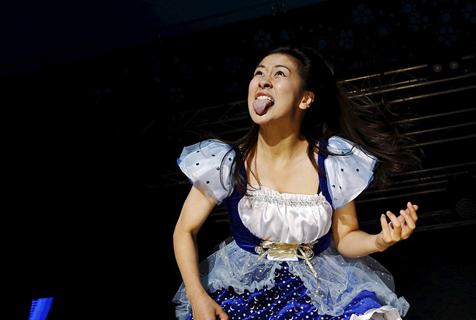 空气吉他世界锦标赛芬兰落幕 日女孩女佣造型夺冠