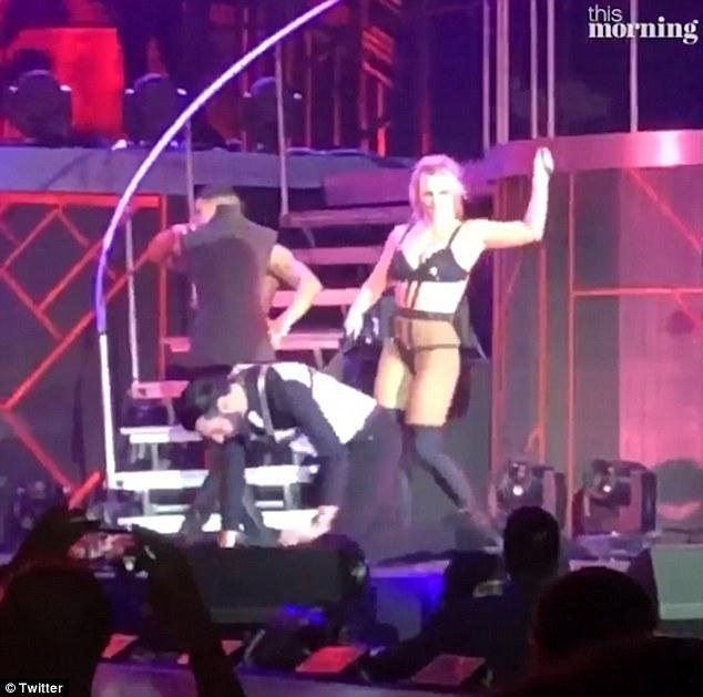 英主持人在布兰妮演唱会上扮狗爬