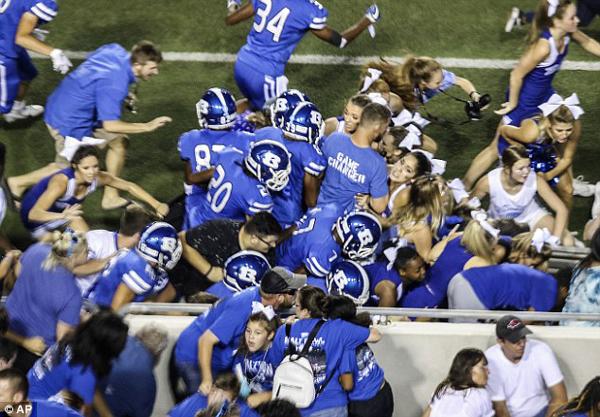 美高中橄榄球赛突发争执传枪声 数千观众逃离