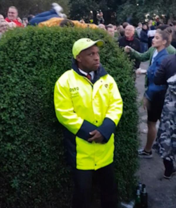 英演唱会场外观众翻越树篱进场 保安熟视无睹引热议