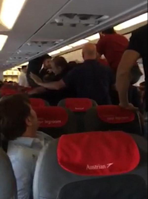 男子飞机上失控撒野被制服 与乘客争吵殴打乘务员