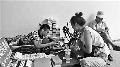 高位截瘫小伙贴膜6年买上房:被汶川地震灾民触动