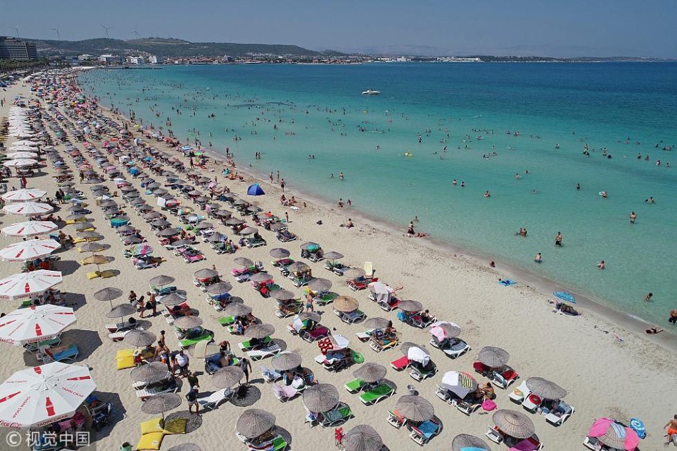 """航拍""""消暑大军""""占领土耳其海滩 整齐划一场面壮观"""