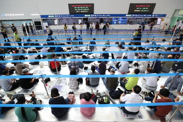 韩国中秋火车票预售火爆 民众熬夜打地铺抢票