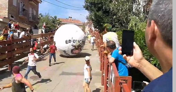 """西班牙""""奔球节""""悲剧上演 一男子遭巨球撞击受重伤"""