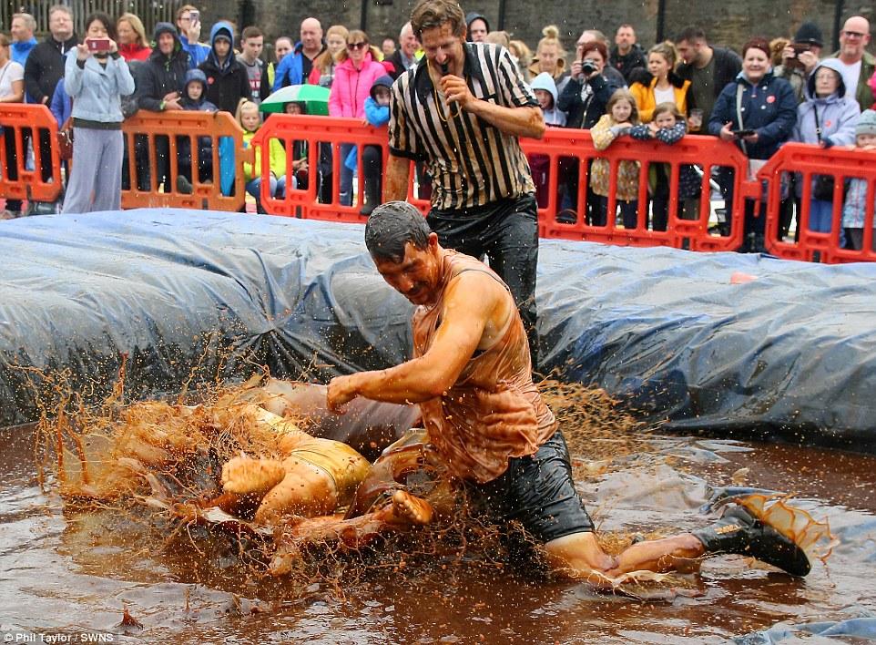 城会玩!英国举办世界肉汁摔跤锦标赛选手开心搏斗