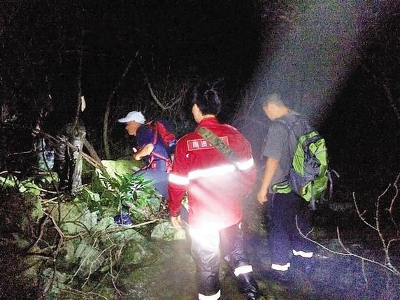 又有一批人被困七娘山 救援队员出动无人机历经12小时救出25人