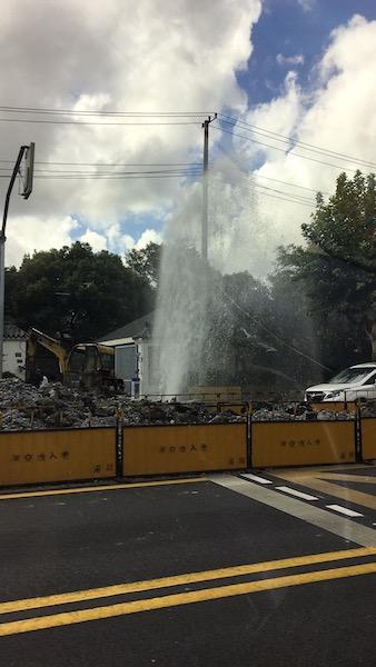 今早虹许路突发水管爆裂 水柱喷出6米高