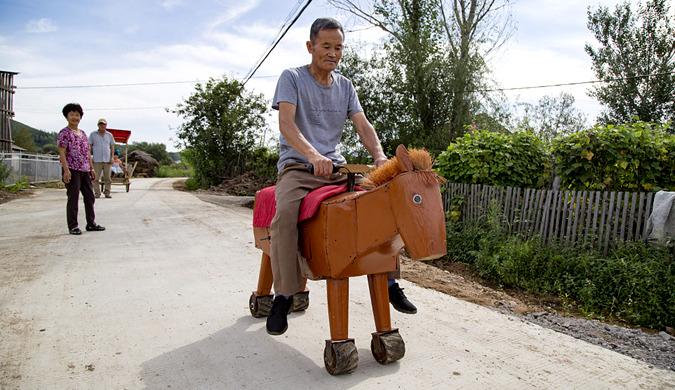 吉林一农民发明制作电动马车 引众人围观