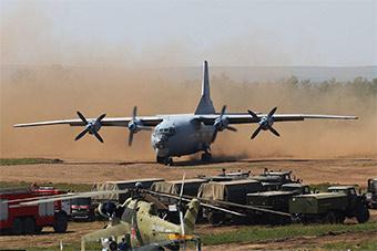 俄空军用运输机土跑道降落 场景相当震撼
