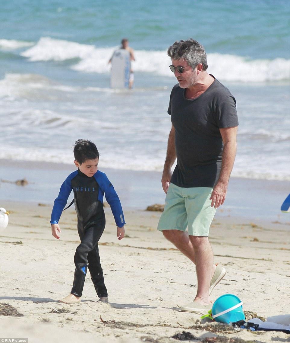 """""""选秀之父""""西蒙忙里偷闲 带儿子海滩度假"""
