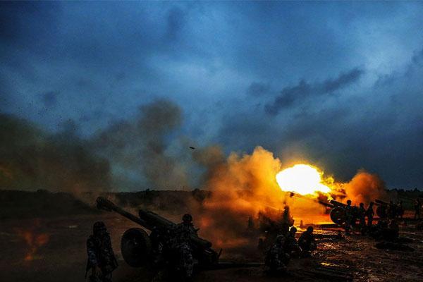 空降兵跨昼夜实弹射击 火炮在雨中呼啸