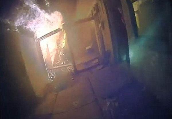 美警察深夜拯救七口之家于大火之中 获赞英雄